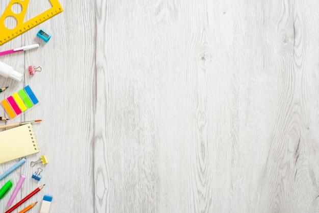 Terug naar schoolconcept, creatieve lay-out met met diverse levering op houten achtergrond