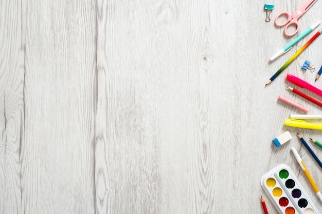 Terug naar schoolconcept, creatieve lay-out met met diverse schoollevering op houten achtergrond