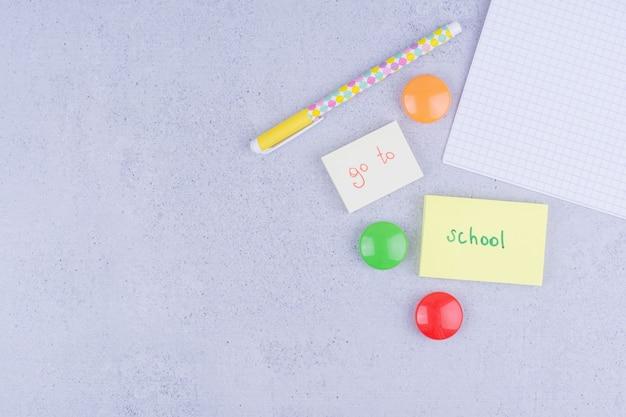 Terug naar schoolconcept geschriften op plaknotities op grijs.