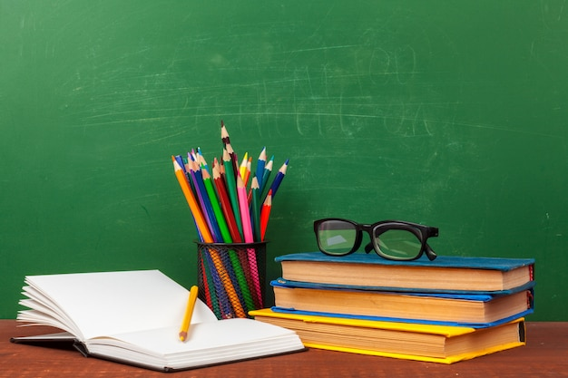 Terug naar schoolconcept met kantoorbenodigdheden en schoolbord