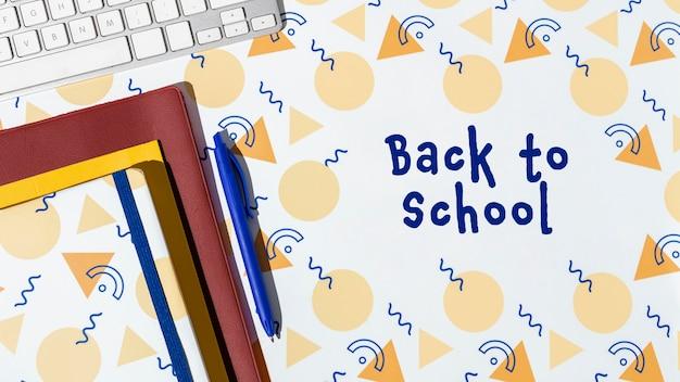 Terug naar schoolconcept met notitieboekjes en toetsenbord