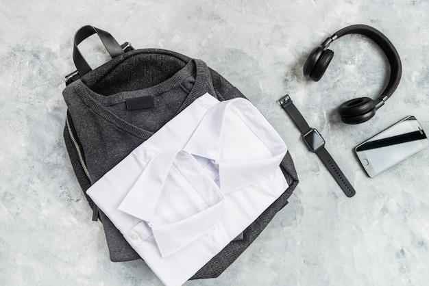 Terug naar schoolconcept met uniforme en elektronische apparaten