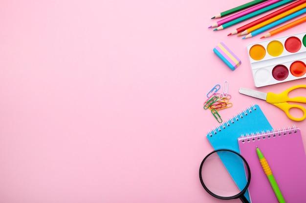 Terug naar schoolconcept op roze achtergrond met exemplaarruimte