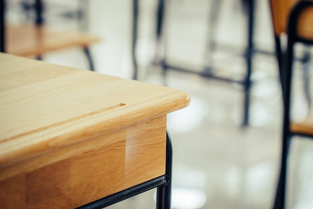 Terug naar schoolconcept. school leeg klaslokaal, collegezaal met bureaus en stoelen ijzerhout voor het bestuderen van lessen in highschool thailand zonder jonge student, interieur van secundair onderwijs