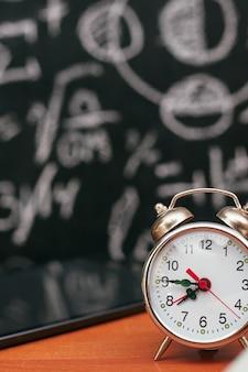 Terug naar schoolconcept, wekker op schoolbestuur, universiteit, hogeschool