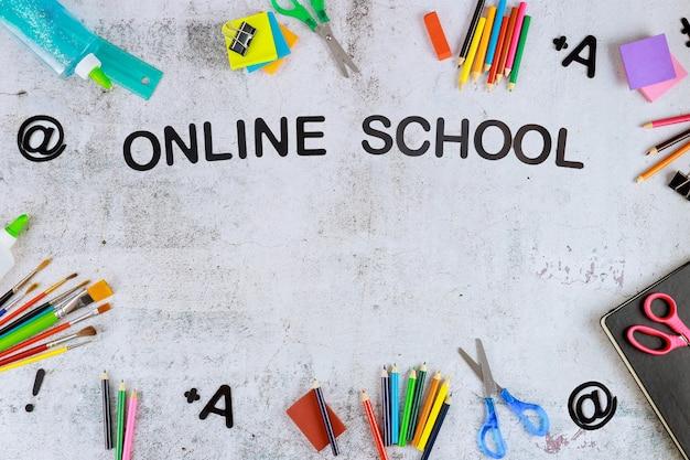 Terug naar virtuele schoolsamenstelling met benodigdheden