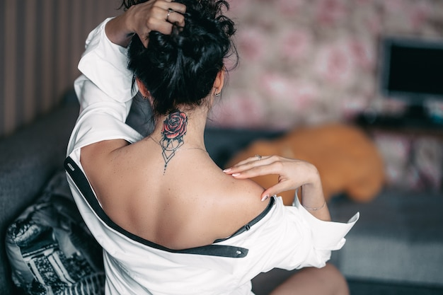 Terug nek tatoeage van een vrouw brunnete mooie dirl