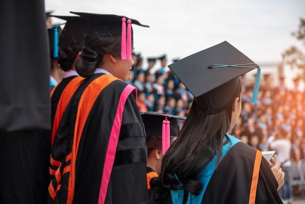 Terug van afstuderen met zwart blauwe staart glb bij ceremonie in graduatie in de universiteit.