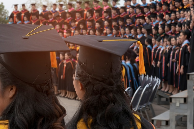 Terug van afstuderen met zwarte gele staart glb bij ceremonie in graduatie in de universiteit.