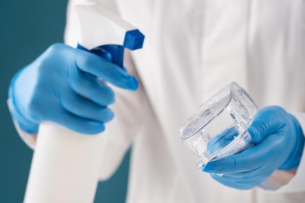Terugkeer door een beroepsbeoefenaar in de gezondheidszorg desinfectie van medische veiligheidsbril na een geïnfecteerde patiënt horizontaal close-up