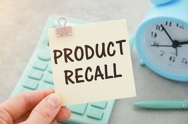 Terugname van producten. man met een kaart met een berichttekst erop geschreven