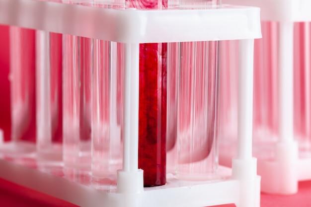 Test kolven met kleurstalen op lichtgrijze achtergrond