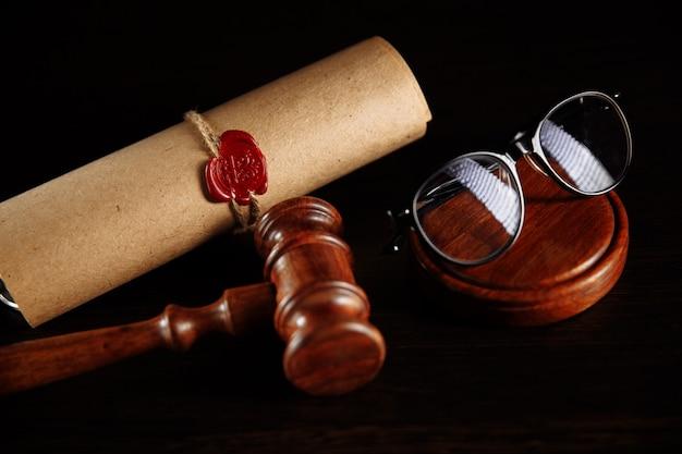 Testament en testament en bril met houten voorzittershamer.