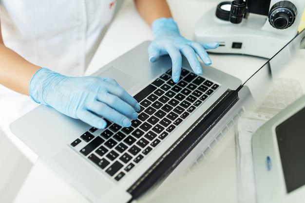 Testen en voorkomen van verspreiding van besmettelijk virus. wereldpandemie. noodmaatregelen en quarantaine.