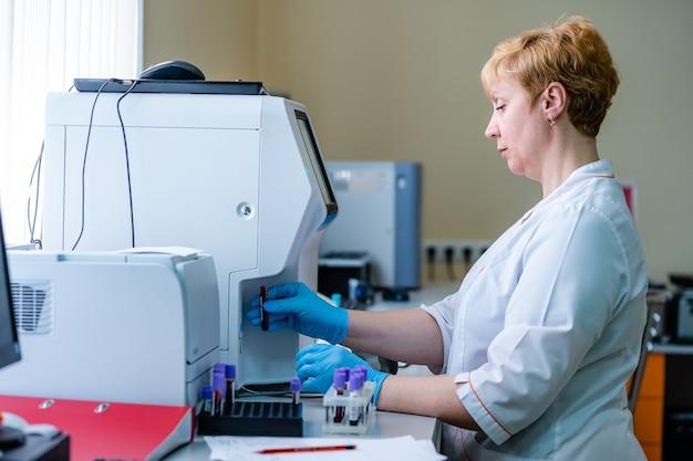 Testen in laboratorium. chemisch onderzoek. preventie. longontsteking diagnosticeren. covid-19 en coronavirus identificatie. pandemie. geneeskunde druppelaar met bloed.