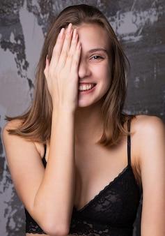 Testopname voor gelukkig jong model draagt kanten beha. close-up shot