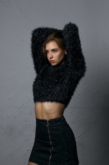 Testopname voor glamoureus jong model draagt spijkerrok en trui
