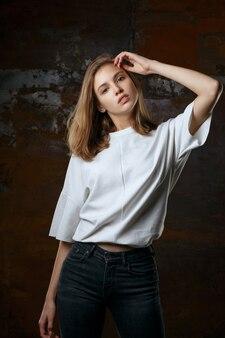 Testopname voor prachtig jong model draagt spijkerbroek en shirt