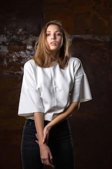 Testopname voor verleidelijk jong model in spijkerbroek en shirt