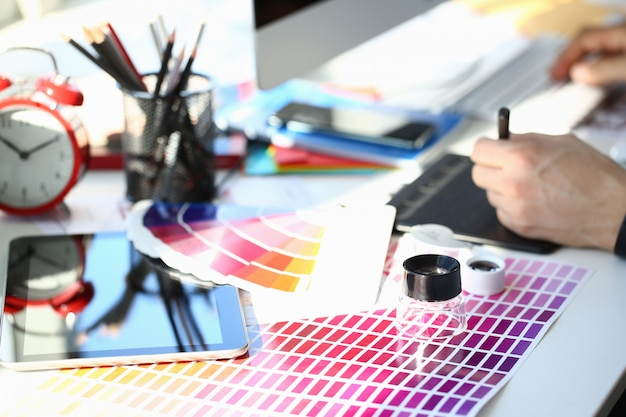 Testpagina afdrukken met kleurentest fantail en vergrootglas