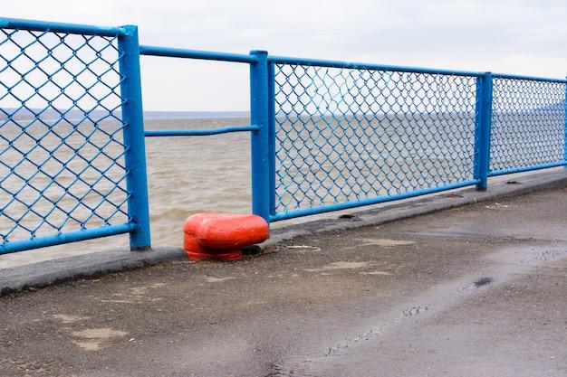 Tetyushi, tatarstan / rusland - 2 mei 2019: lege passagiershaven aan de wolga op een regenachtige dag. problemen van de binnenvaart. riviernavigatie wordt niet geclaimd en wordt niet gebruikt.