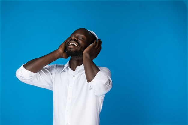 Tevreden amerikaan die naar muziek luistert