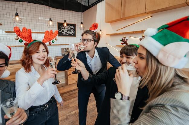 Tevreden collega's in kantoor vieren speciale gebeurtenis.