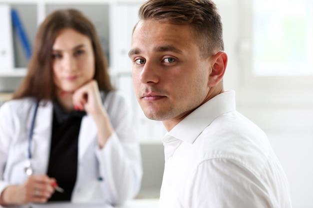 Tevreden gelukkig knappe lachende mannelijke patiënt met arts