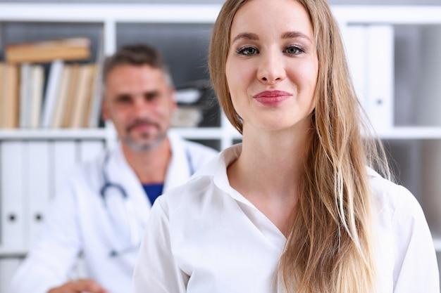 Tevreden gelukkig mooie lachende vrouw met arts