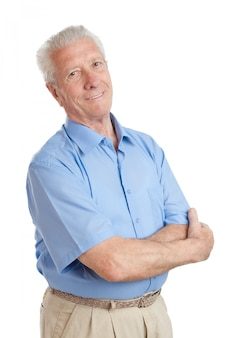 Tevreden gelukkig senior man geïsoleerd op wit