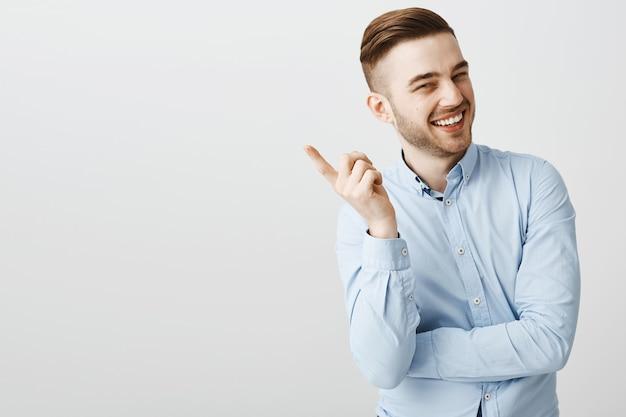 Tevreden, gelukkige man die vinger schudt en glimlacht als een mooi punt hoort, geweldig idee, goed werk prijst