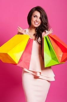 Tevreden glimlachende vrouw na het winkelen in de lente