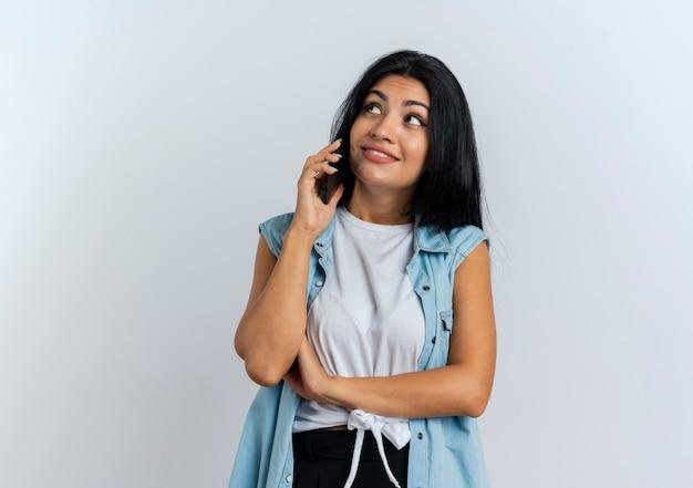 Tevreden jonge blanke meisjesbesprekingen op telefoon die omhoog eruit zien