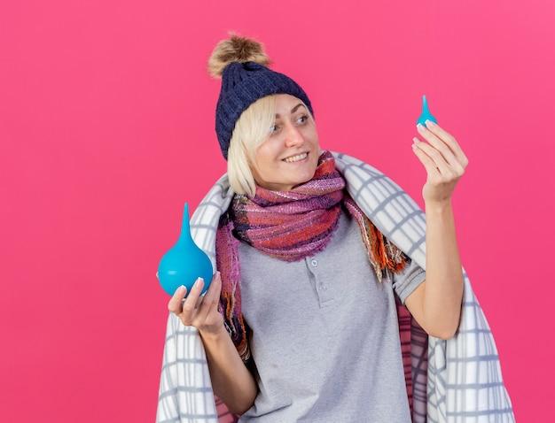 Tevreden jonge blonde zieke slavische vrouw die de winterhoed draagt