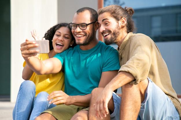 Tevreden jonge vrienden tijdens videochat