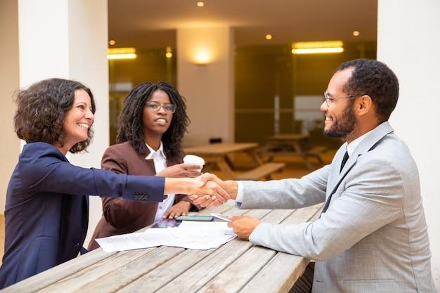 Tevreden klant bedanken expert voor consulting