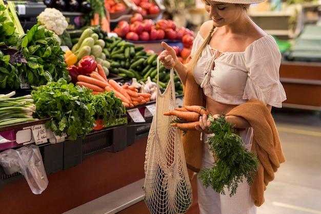 Tevreden klant die wortelen koopt