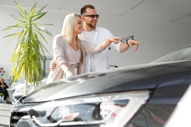 Tevreden klanten bij autodealer