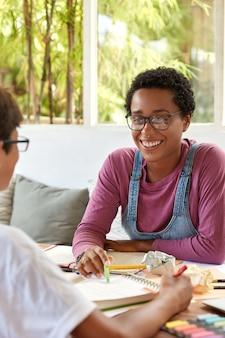 Tevreden lachend donkerhuidig meisje met een positieve uitdrukking