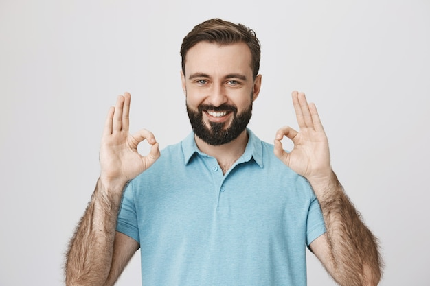 Tevreden mannelijke klant garandeert kwaliteit, laat een goed teken zien
