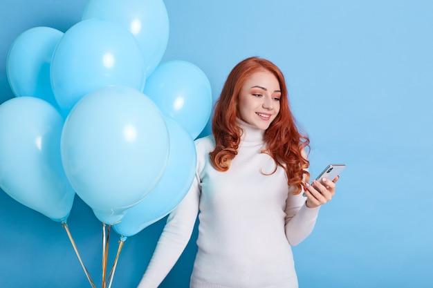 Tevreden mooie verjaardagsvrouw heeft een aangenaam sms-gesprek, wordt gefeliciteerd