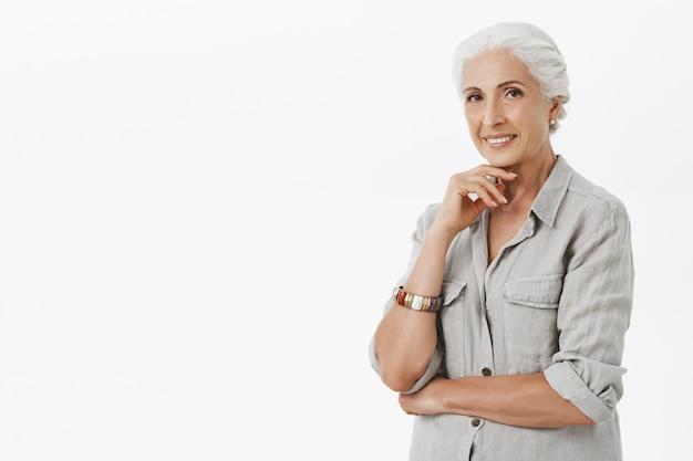 Tevreden oma die er gelukkig uitziet, glimlachend