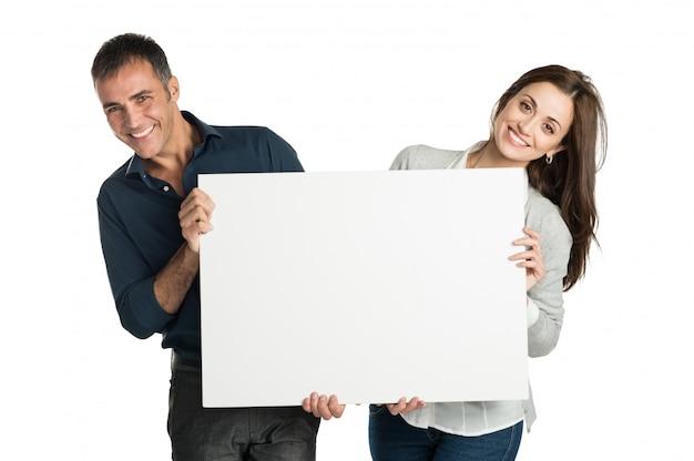 Tevreden paar met een aanplakbiljet