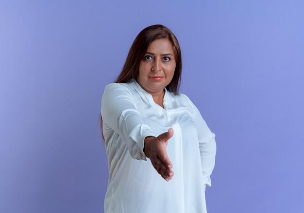 Tevreden toevallige kaukasische vrouw die op middelbare leeftijd hand aan u standhouden