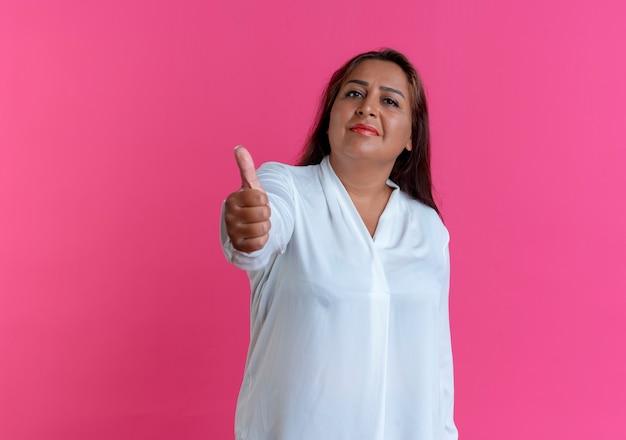 Tevreden toevallige kaukasische vrouw van middelbare leeftijd haar duim omhoog