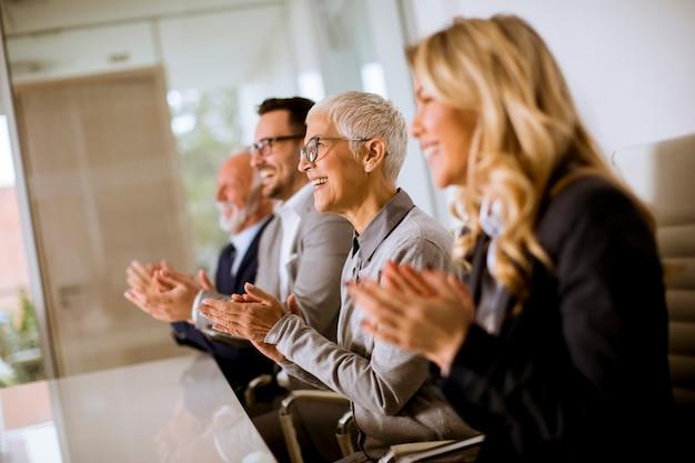 Tevreden trots commercieel team klappende handen