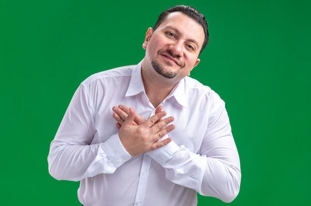 Tevreden volwassen slavische zakenman die handen op zijn borst legt