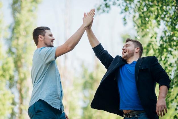 Tevreden vrienden die high five geven