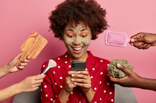 Tevreden vrouw krijgt bericht van uitnodiging voor date op mobiel, bereidt zich voor op een speciale gebeurtenis