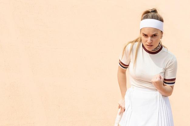 Tevreden vrouw tennisspeler van beweging